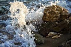 Onda fuerte de los golpes del mar en las rocas foto de archivo libre de regalías
