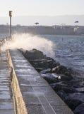 Onda furioso na represa Imagens de Stock Royalty Free