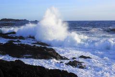 Onda gigante che schiaccia su una spiaggia rocciosa Fotografie Stock