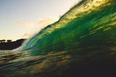 Onda grande del barril en el océano Onda después de la puesta del sol Imagen de archivo