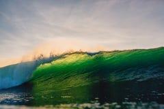 Onda grande del barril en el océano Onda verde después de la puesta del sol Imagen de archivo libre de regalías