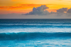 Onda grande do Oceano Índico no por do sol Foto de Stock Royalty Free