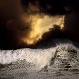 Onda grande em um por do sol tormentoso Foto de Stock Royalty Free
