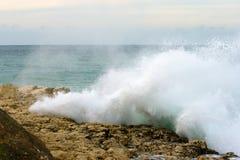 Onda grande hermosa rota en las rocas Fotografía de archivo libre de regalías