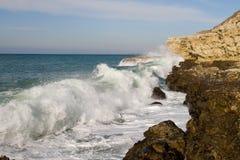 Onda grande hermosa rota en las rocas Foto de archivo libre de regalías