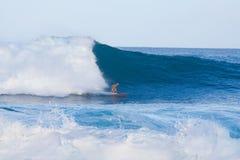 Onda grande que practica surf Foto de archivo