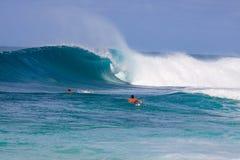 Onda grande que practica surf Imágenes de archivo libres de regalías