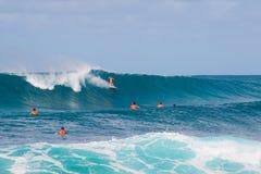 Onda grande que practica surf Fotografía de archivo