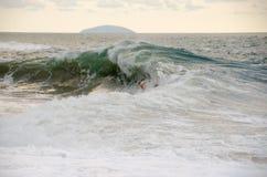 Onda grande que se rompe en la playa Imagen de archivo libre de regalías