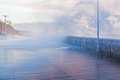 A onda grande quebra e espirra Fotografia de Stock