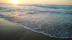 Onda hermosa del mar en la playa arenosa Fotografía de archivo libre de regalías