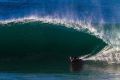 Onda inferior de la vuelta del Cuerpo-huésped que practica surf Imagenes de archivo