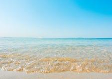 Onda macia da praia e do mar tropical imagens de stock