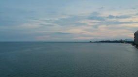 Onda macia do mar na praia arenosa Acene na linha da costa de mar e em um Sandy Beach bonito video estoque