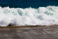 Onda macia do mar na praia da areia com luz solar Fundo tropical do Sandy Beach com espaço da cópia A parte superior vê para baix foto de stock royalty free