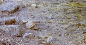 Onda macia do mar na praia rochosa de costa de mar video estoque