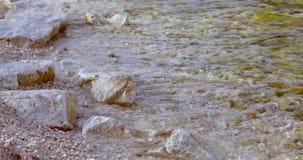 Onda macia do mar na praia rochosa de costa de mar vídeos de arquivo