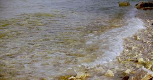 Onda macia do mar na praia rochosa de costa de mar filme