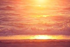 Onda macia do mar no por do sol imagem de stock royalty free