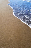 Onda macia do oceano azul no Sandy Beach Fundo Fotos de Stock