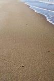 Onda macia do oceano azul no Sandy Beach Fundo imagens de stock