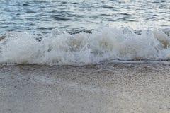 Onda molle che si schianta nella spiaggia di sabbia Immagine Stock Libera da Diritti