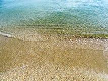 Onda molle del mare sulla spiaggia di sabbia per fondo Fotografie Stock Libere da Diritti