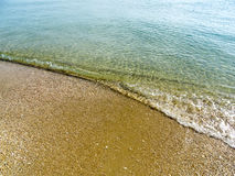 Onda molle del mare sulla spiaggia di sabbia per fondo Immagine Stock