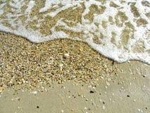 Onda molle del mare sulla spiaggia di sabbia per fondo Immagini Stock