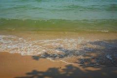 Onda molle del mare sulla spiaggia sabbiosa Fotografie Stock