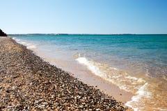 Onda molle del mare sulla spiaggia sabbiosa Immagine Stock