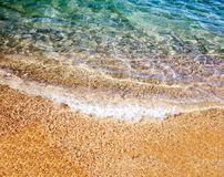 Onda molle del mare sulla spiaggia sabbiosa Fotografia Stock Libera da Diritti