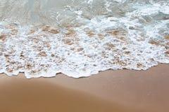 Onda molle del mare sulla spiaggia sabbiosa Immagini Stock