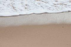 Onda molle del mare sulla spiaggia sabbiosa Fotografia Stock