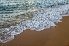Onda molle sulla spiaggia sabbiosa Immagini Stock