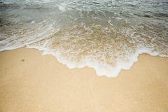 Onda no tom do Sepia da praia da areia fotos de stock