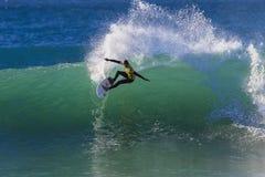 Onda perfecta de la competencia de la persona que practica surf   Foto de archivo