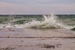 Onda poderosa do respingo do mar imagens de stock royalty free