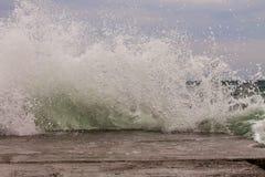 Onda poderosa do respingo do mar fotografia de stock