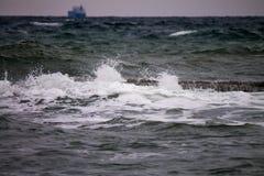 Onda poderosa do respingo do mar foto de stock royalty free