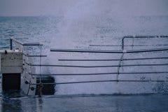 Onda poderosa do respingo do mar no cais foto de stock royalty free