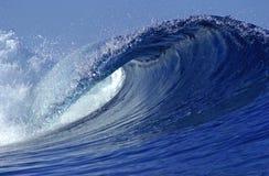 Onda praticante il surfing Immagini Stock