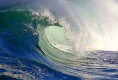 Onda praticante il surfing immagine stock