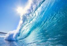 Onda praticante il surfing d'arresto potente fotografie stock libere da diritti