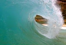 Onda praticante il surfing dell'azzurro della tubazione alla spiaggia Hawai della sabbia Immagini Stock Libere da Diritti