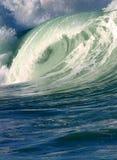 Onda praticante il surfing dell'Oceano Pacifico fotografia stock