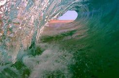 Onda praticante il surfing dell'oceano perfetto Immagini Stock Libere da Diritti