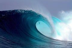 Onda praticante il surfing dell'oceano tropicale blu Immagini Stock Libere da Diritti