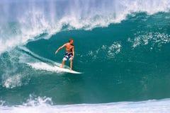 Onda praticante il surfing della conduttura di Jamie O'brien in Hawai Fotografie Stock