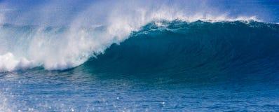onda praticante il surfing perfetta immagini stock